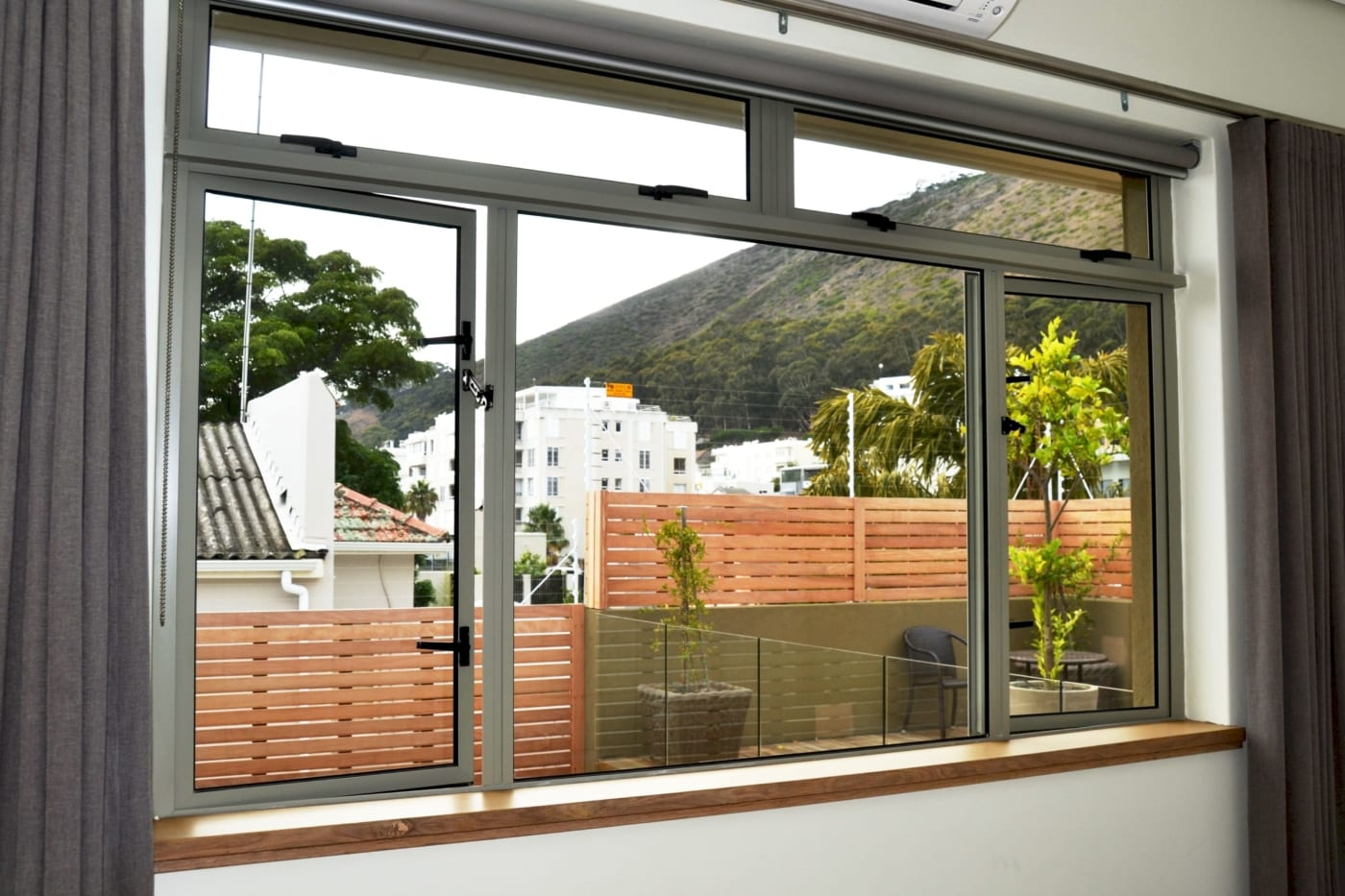 Fresnaye family home metal window servicing ccmetal for Windows for residential homes